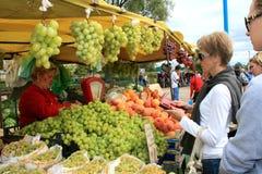 Verkauf von grünen Trauben und von Pfirsichen Stockfotos