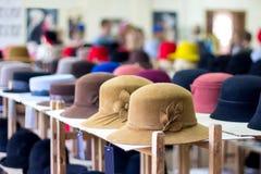 Verkauf von hellen Farben der geglaubten Hüte im Regal auf dem Speicher lizenzfreies stockfoto