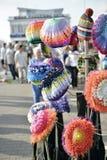 Verkauf von mehrfarbigen Hüten Stockfoto