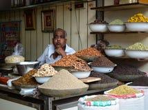 Verkauf von Nüssen und von Trockenfrüchten an einem Basar in Indien Stockbild