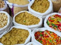 Verkauf von Nüssen und von Trockenfrüchten an einem Basar in Indien Lizenzfreie Stockfotos