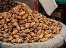 Verkauf von Nüssen und von Trockenfrüchten an einem Basar in Indien Stockbilder