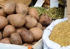 Verkauf von Nüssen und von Trockenfrüchten an einem Basar in Indien Stockfotografie