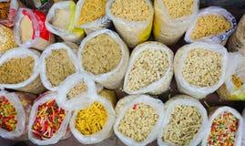 Verkauf von Nüssen und von Trockenfrüchten an einem Basar in Indien Lizenzfreies Stockbild