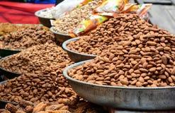 Verkauf von Nüssen und von Trockenfrüchten an einem Basar in Indien Stockfoto