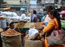 Verkauf von Nüssen und von Trockenfrüchten an einem Basar in Indien Lizenzfreie Stockbilder