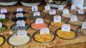 Verkauf von Nüssen und von Trockenfrüchten an einem Basar in Indien Lizenzfreie Stockfotografie