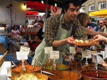 Verkauf von pesto und von hummus Lizenzfreie Stockfotos