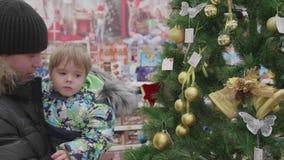 Verkauf von Spielwaren und von Weihnachtsbäumen bis Weihnachten Leute im Supermarkt kaufen vor dem neuen Jahr Lokalisierung auf W stock footage
