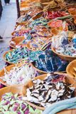 Verkauf von Trockenfrüchten und von Geleebonbons Stockfotografie