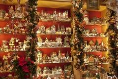 Verkauf von Weihnachtsbaumdekorationen Stockbild