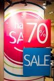 VERKAUF Zeichen auf der Shop ` s Fensteranzeige Butiken- und Verkaufszeichen Shopfensteranzeige im Beitrag über Verkäufe Ansage lizenzfreies stockfoto