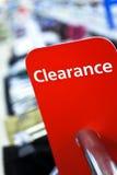 Verkaufs-Abstands-Zeichen auf Schiene im Kleidung-Geschäft Lizenzfreies Stockfoto
