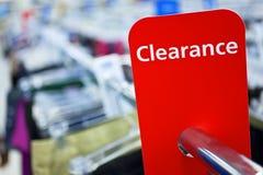 Verkaufs-Abstands-Zeichen auf Schiene im Kleidung-Geschäft Lizenzfreie Stockbilder