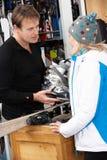 Verkaufs-Assistent, der weiblichen Abnehmer beraten hilft Stockbilder