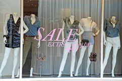 Verkaufs-Butike-Fenster-Mannequine Lizenzfreies Stockbild