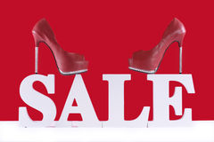 Verkaufs-fördernde Buchstaben mit Schuhen Lizenzfreies Stockfoto