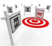 Verkaufs-Real Estate-Zeichen viele für Verkauf unterzeichnet Häuser auf Markt Stockbild