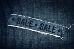 VERKAUFS-Titel auf heftiger Blue Jeans-Beschaffenheit Lizenzfreies Stockfoto