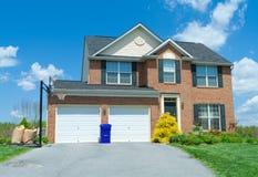 Verkaufs-Ziegelstein-einzelnes Familien-Haus-Haus Vorstadt-USA Stockfotografie