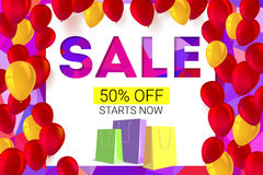 Verkaufsfahne auf niedrigem Polyhintergrund mit aufblasbaren Ballonen und Papier, farbige Einkaufstaschen für Luxusverkäufe biete Stockfoto