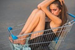 Verkaufsfrau im Einkaufswagen stockfoto