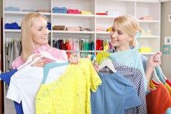 Verkaufsfrau und ein Kunde mit Aufhängern Lizenzfreies Stockbild