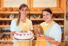 Verkaufsfrauen in der Bäckerei mit Kuchen und Brot Stockfoto