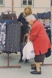 Verkaufsgespräch auf dem Kleidungsstand auf dem Wochenmarktst. poelten Stockfotos