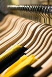 Verkaufskonzept. Kleidung ausgerichtet im Speicher Stockfotografie