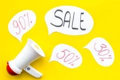 Verkaufskonzept mit Megaphon Erklären Sie den Verkauf Elektronisches Megaphon nahe Wortverkauf in der Wolke, in den Geschenkboxen Lizenzfreies Stockbild
