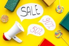 Verkaufskonzept mit Megaphon Erklären Sie den Verkauf Elektronisches Megaphon nahe Wortverkauf in der Wolke, in den Geschenkboxen Lizenzfreie Stockfotos