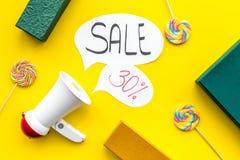 Verkaufskonzept mit Megaphon Erklären Sie den Verkauf Elektronisches Megaphon nahe Wortverkauf in der Wolke, in den Geschenkboxen Lizenzfreie Stockfotografie