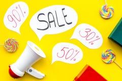 Verkaufskonzept mit Megaphon Erklären Sie den Verkauf Elektronisches Megaphon nahe Wortverkauf in der Wolke, in den Geschenkboxen Stockbild