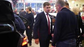 Verkaufsleiter berät Kunden im FahrzeugVerkaufszentrum stock video