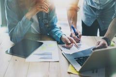 Verkaufsleiter, die modernes Studio bearbeiten Frau, die Marktbericht-Digital-Tablet zeigt Marketing-Abteilungs-Planung neu Lizenzfreie Stockbilder