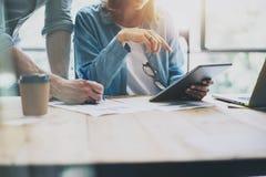 Verkaufsleiter, die modernes Studio bearbeiten Frau, die Marktbericht-Digital-Tablet zeigt Produzent-Department Work New-Start Lizenzfreies Stockbild