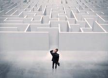 Verkaufsperson, die am Labyrintheingang steht Stockfoto