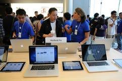 Verkaufsperson im Apple-Speicher Stockfotos