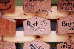 Verkaufsschlagerholzschild Stockfotografie