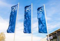 Verkaufsstelleflaggen von Mercedes-Benz über blauem Himmel nahe dem Büro Stockbilder