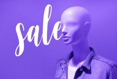 Verkaufstext mit blauer Farbe der Mannequinmode Stockbild