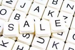 Verkaufstext-Wortkreuzworträtsel Alphabetbuchstabe blockiert Spielbeschaffenheitshintergrund Weiße alphabetische WürfelBlockschri Lizenzfreies Stockbild