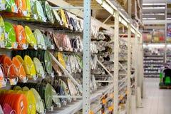 Verkaufstheken mit dem Weiß und farbige Platten im Karussell Lizenzfreie Stockfotografie