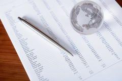 Verkaufsunterlagen mit Glaskugel Lizenzfreies Stockfoto