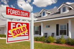 Verkaufsverfallserklärung-Grundbesitz-Zeichen und Haus - verlassen Stockfotografie