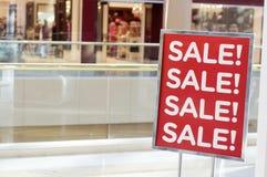 Verkaufszeichen-Außenseitenspeicher Lizenzfreies Stockfoto