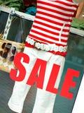 Verkaufszeichen auf Butikefenster Lizenzfreie Stockfotos
