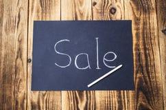 Verkaufszeichen auf Kreidebrett mit Kreide Lizenzfreie Stockfotos