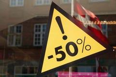 Verkaufszeichen 50 Prozent heruntergesetzt der Preis Stockbild